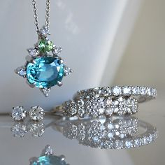 今日は ブルージルコンとグリーンガーネットとダイアモンドのペンダント ダイアモンドリング ハーフエタニティ ダイアモンドピアス を組み合わせてみました。