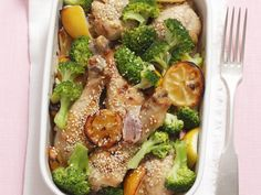 Hähnchenkeulen mit Broccoli, Sesam und Zitronen   So gehts: http://eatsmarter.de/rezepte/haehnchenkeulen-mit-broccoli-sesam-und-zitronen