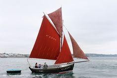 Red ar Mor | Sloup caseyeur construit à Camaret en 1942. Il est basé à Douarnenez | A retrouver dans notre hors-série consacré aux Bateaux du patrimoine : http://www.chasse-maree.com/guides/7206-les-bateaux-du-patrimoine-hors-serie.html