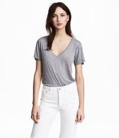 Gray melange. Top in airy, ribbed jersey made from a modal and silk blend. V-neck and short sleeves.
