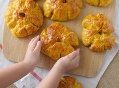 El pan de calabaza se glasea con miel al salir del horno para darle suavidad y brillo a la corteza