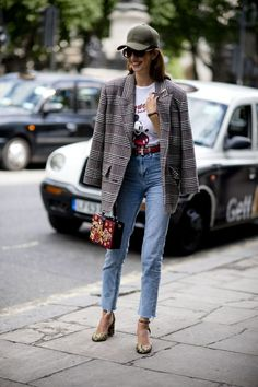 it-girl - t-shirt-blazer-calça-jeans-scarpin - blazer - meia estação - street style ! Womens Fashion Online, Latest Fashion For Women, Love Fashion, Winter Fashion, Fashion Fashion, Street Fashion, Fashion Trends, Best Street Style, Looks Street Style