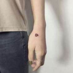 Conheça nossa super seleção com 80 fotos de tatuagens na mão lindas e criativas para você se inspirar. Confira!