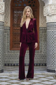 Formal blazer suits for women - If you select trousers, make sure they're acceptable attire at the company in which you need to do the job. You shoul. Blazer Outfits, Blazer Fashion, Blazer Suit, Velvet Blazer, Blazer Dress, Cocktail Vestidos, Fashion Mode, Womens Fashion, Look Formal