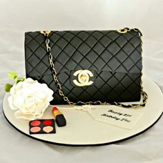 I want it for my bday! Chanel Torte, Chanel Cake, Cake Branding, Handbag Cakes, Cakes For Women, Fashion Cakes, Novelty Cakes, Girl Cakes, Cute Cakes