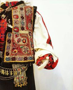 Tinutul Padurenilor. #RomanianBlouse Folk Embroidery, Kimono Top, Textiles, Boho, Blouse, Traditional, Popular, People, Women
