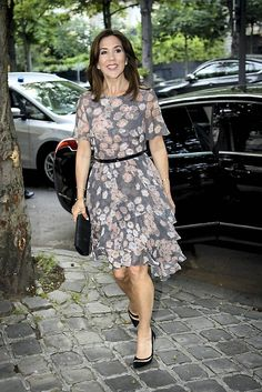 Yesterday, on June 5, 2017, Crown Princess Mary arrived in Paris. The Crown Princess attend a dinner at Embassy of Denmark in Paris. Crown Princess Mary wore a new JASON WU floral printed silk dress last night.