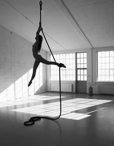 Aurélie Bernard by Maja Karen, rope/corde lisse Aerial Acrobatics, Aerial Dance, Aerial Hoop, Aerial Arts, Camille League Of Legends, Arial Silks, Aerial Gymnastics, Silk Dancing, Pole Fitness