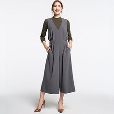 This cosmopolitan jumpsuit combines style and comfort. <br>・The thick fabric and loose fit give it a relaxed feel. <br>・A deep V-neck and pin tucks combine in a straight silhouette for a look that's stunning. <br>・This wardrobe essential looks glamorous no matter how you style it. <br>・An ideal basic you can style as you like, whether it's dressy and feminine or cool and casual.