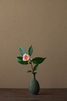 2012年3月11日(日)希望を抱いて生きていってほしい。 花=椿「夢」(ツバキ/ユメ) 器=青銅王子形水瓶(六朝時代)