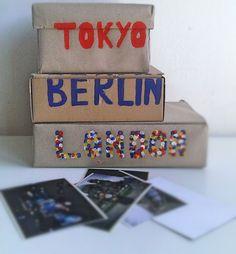 <p>Pomysł na pudełka do przechowywania zdjęć! Miło jest oglądać stare zdjęcia i powspominać dawne dzieje z bliskimi, jednak tych zdjęć wraz z mijającym czasem ciągle przybywa. Zobacz jak poradzić sobie z rosnąca liczba zdjęć wykonując pudełka dekoracyjne z kartonu.</p>