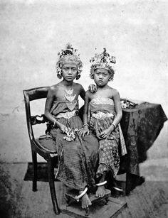 COLLECTIE TROPENMUSEUM Portret van twee dochters van de vorst van Bululeleng. TMnr 60004266.jpg
