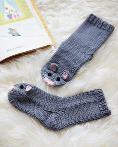Mouse socks- The only thing cuter than exposed baby toes are those dressed as a pair of mice Knitting For Kids, Knitting Projects, Baby Knitting, Crochet Baby, Crochet Projects, Beanie Knitting Patterns Free, Knitting Socks, Knitted Baby Socks, Sock Animals