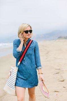 Beach Outfit styled by Jen Pinkston denim dress striped bag Chambray Dress, Denim Shirt Dress, Looks Style, Style Me, Simple Style, Denim Fashion, Fashion Outfits, Style Fashion, Emo Outfits