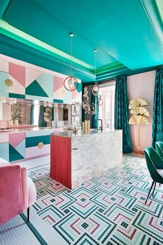 Wallpapers are increasingly the protagonist of decoration and interior design. Let's look at the 2019 summer trends together. Whether it's a living area or bedroom, bathroom or kitchen, the wallpapers Architecture Restaurant, Interior Architecture, Restaurant Design, Decoration Inspiration, Interior Design Inspiration, Fashion Inspiration, Decor Ideas, Elle Decor, Deco Turquoise