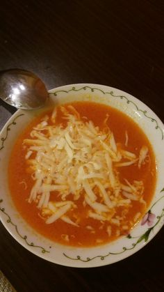 Томатный суп Ингредиенты: - помидоры ( 4-5) - вода ( пол литра ) - масло ( 50 мл )  - сыр твердый ( 100 гр )  - томатная паста ( 1 ст. ложка с горкой )  - соль - перец  - кубик магги ( куриный )