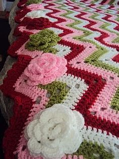 Easy crochet afghan - roses are a nice touch - but I would choose different colors Crochet Afghans, Crochet Ripple, Crochet Quilt, Manta Crochet, Crochet Home, Love Crochet, Beautiful Crochet, Crochet Crafts, Crochet Yarn