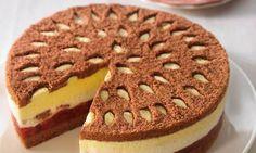 Sahnige Torte mit einer leckeren Eierlikörfüllung und Sauerkirschen