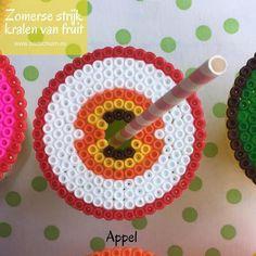 Strijkkralen fruit, appel, strijkkralen patroon, Summer Diy, Washer Necklace, Crochet Earrings, Crafts, Hama Beads Patterns, Plants, Coasters, Lemonade, Glass