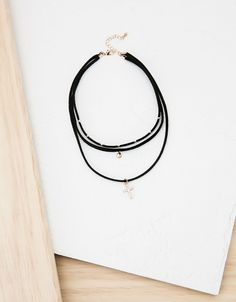 Bershka España - Collar terciopelo choker raw con amuleto