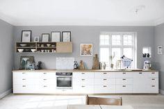 Godt lys og god stemning på New Kitchen, Kitchen Dining, Kitchen Cabinets, Kitchen Ideas, Scandinavian Kitchen, Dining Room Design, Home Kitchens, Home Furniture, Interior Design