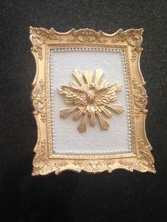 Quadro estilo provençal em dourado, com fundo em tecido branco, bordas em perolas e espirito santo aplicado. Lindo produto decorativo.