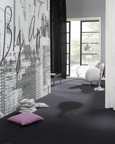 Muurschildering geeft een unieke uitstraling in huis. Een muurschildering in huis geeft een unieke uitstraling aan woonkamer, slaapkamer of keuken. Vaak kun je een eigen dessin op behang laten drukken om het nog persoonlijker te maken. In deze foto zie je ook het moderne, glanzende tapijt uit de Vibe collectie van Desso. Verkrijgbaar in maar liefst 16 kleuren. Desso