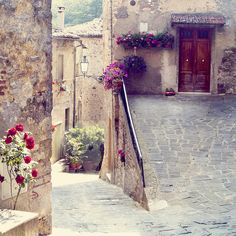 Adorable street in Italia Oh The Places You'll Go, Places To Travel, Beautiful World, Beautiful Places, Beautiful Streets, Hello Beautiful, Beautiful Flowers, Italian Doors, Italian Villa