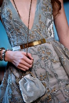 A medieval elegance from majestic gowns to striking accessories. Take a closer look at the velvet couture bags from the ELIE SAAB Haute Couture Autumn Winter collection Style Haute Couture, Couture Details, Fashion Details, Look Fashion, High Fashion, Fashion Show, Fashion Design, Haute Couture Bags, Style Fête