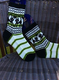 This pattern was written for Biscotte Mystery Sock Club ♥ 2017-05 edition. Pattern and yarn is currently exclusive to Sock Club members and will be released on 2017 November ;)