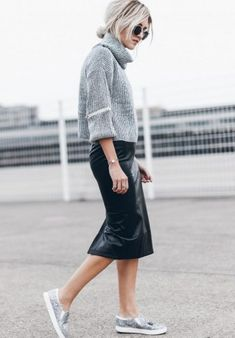 Lederrock kombinieren: lässig mit Rollkragenpullover und Sneakers