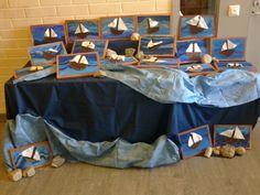 """""""Purjelaivoja"""" (2.lk). Ensin puulevy hiotaan tasaiseksi, sitten teipit reunoihin ja maalaaminen paksuilla peiteväreillä (kolmella eri sinisellä). Teipit pois ja kehysten maalaaminen ruskealla. Sitten leikataan huovasta laiva ja masto. Naulataan laivan reunoille pienet naulat, joiden avulla pujotellaan lanka. Lopuksi leikataan lakanakankaasta purjeet, jotka naulataan """"pullottamaan tuulessa"""". (Alkuopettajat FB -sivustosta / Eeva Pauliina) Art For Kids, Learning, Children, Crafts, Drawing Drawing, Summer, Art For Toddlers, Young Children, Art Kids"""