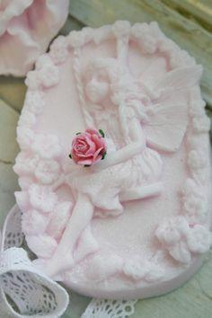 Lief elfje op de schommel. Prachtig handgemaakt zeepje.  Handmade soap in shape of a lovely fairy on a swing. Shop at http://www.lisateamo.nl