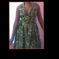 Stepford wife Green and white floral design I am 5'5 and it's ankle length Low cleavage with a collar Straps to wrap around waist and tie in a bow. Flowy bottom Size 6 Jones New York Dresses