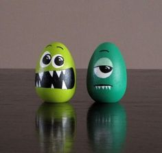 Funny Easter Egg Painted eggs cascarones decorados Easter Egg Decorating Ideas for 2019 - Hike n Dip Funny Easter Eggs, Easter Subday, Funny Eggs, Easter Table, Easter Party, Easter Gift, Pierre Decorative, Easter Egg Designs, Easter Ideas