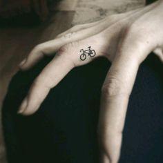 tatuaje bici dedo