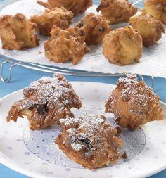 Süße Krapfen mit Äpfeln und Rosinen als Kleingebäck für eine Party