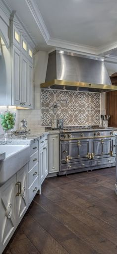 Discover how a warm Italian kitchen design brings food and family together in this photo gallery of traditional style cabinets, decor, and ideas. Living Room Kitchen, Home Decor Kitchen, Kitchen Interior, Kitchen Ideas, Italian Kitchen Decor, Tuscan Design, Tuscan Style, New Kitchen Designs, Modern Kitchen Design