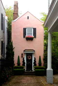 Pink house tucked away in Charleston. I love Charleston; I seem to recall seeing this adorable house as we strolled along Rainbow Row. Pink Houses, Little Houses, Small Houses, Exterior Design, Interior And Exterior, Future House, My House, Casa Retro, Deco Design