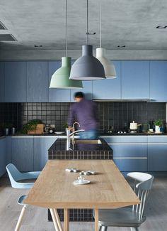 Nas cozinhas, as luminárias pendentes também não devem ser o único tipo de iluminação adotado. Ao contrario, deve-se, neste ambiente, prefe...