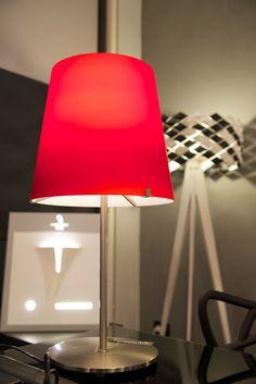 Potete immaginare l'effetto che fa questa #lampada #rossopassione in vetro e acciaio nel vostro salotto? Il team di Lighting Design vi augura un fantastico e luminosissimo weekend! #lightingdesign #milluminodiverso