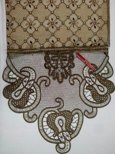 Προσκυνηταρι κεντημενο με χάντρες και δαντελα χρυσό σκούρο μηχανής. Beaded Embroidery, Cross Stitch Embroidery, Embroidery Designs, Point Lace, Shoulder Bag, Crochet, How To Make, Bags, Fanfiction