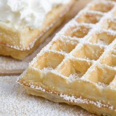 SOS Piet Brusselse wafels - Dit recept is het beste! Cookie Desserts, No Bake Desserts, Cookie Recipes, Dessert Recipes, Belgian Food, Belgian Cuisine, Belgian Waffles, Beignets, Cake Pops