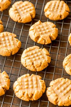 These flourless peanut butter cookies only take one bowl and are a breeze to whip up. Their ultra-rich flavor makes them perfect for peanut butter lovers! Flourless Peanut Butter Cookies, Butter Cookies Recipe, Peanut Butter Recipes, Chocolate Cookies, Flourless Chocolate, Easy Cookie Recipes, Baking Recipes, Dessert Recipes, Clean Recipes