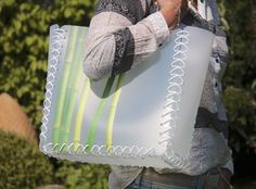 Shopping Bag Bambus ist eine wunderschöne Tasche, die in liebevoller Handarbeit in einer Dorfgemeinschaft durch Menschen mit Behinderung hergestellt worden ist. Die formschönen Griffe sind grazil anzuschauen und erlauben eine maximale Belastung bis 20 kg.