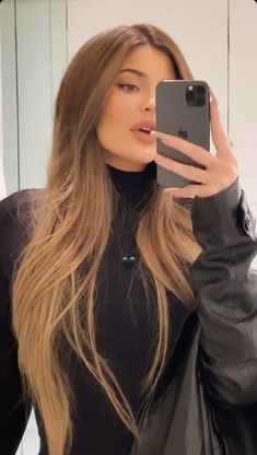 Kylie Jenner medium/light brown hair ♥ Many women prefer to visit the hairdresser even when they cannot have time to … Hair Color For Brown Skin, Honey Brown Hair, Honey Blonde Hair, Light Brown Hair, Light Hair, Brunette Hair, Light Skin Hair Color, Blonde Hair Brown Skin, Hair Color For Morena Skin