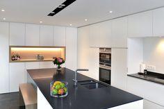 Strakke greeploze keuken HPL wit met granieten werkblad (6)