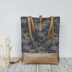 Эту джинсовую ткань, с цветочным принтом, я берегла несколько лет, для того, чтобы когда-нибудь сшить из нее сумку😌Образ созрел и цветы ожили, гармонично вписываясь в осеннюю колористику🍂  Ручки сумки из натуральной кожи ручного крашения. 🎉В наличии🎉 2650 За ткань спасибо😉  @tatianayurtaeva #defydesign_bag #сумкаручнойработы #сумкаизджинсы #shoulderbag #ручнаяработа #сумканазаказ #кожа #homemade #handmadebag #джинсоваясумка #сумканаплечо #сумкаунисекс #стиль #мода #инста #осень…