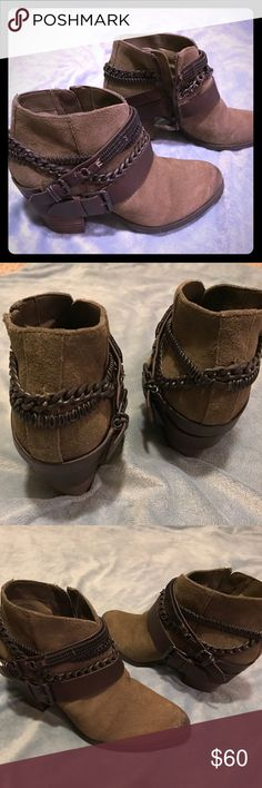 """GORGEOUS wedge boots! Dark olive green 2.5"""" wedge boots with chain detail around the ankle area and zipper, amazing with any outfit, white or blue jeans 😍 Trouve Shoes Heeled Boots"""