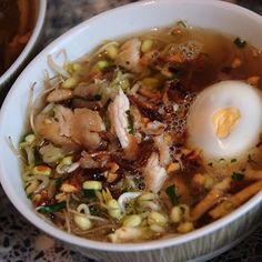 Saoto soep is een heldere kippensoep uit de Javaanse keuken. Geserveerd met gepluiste kip, gekookt ei, tauge, gebakken aardappel en vermicelli.